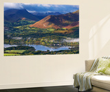 Mountains and Woodland Form a Backdrop to Derwent Water in the Lake District, Cumbria, England Poster géant par Adam Burton