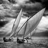 Sailboats and Light Fotografisk tryk af Angel Villalba