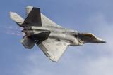 A U.S. Air Force F-22 Raptor Makes a Fast Flyby Valokuvavedos tekijänä Stocktrek Images