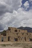 New Mexico, Taos. Taos Pueblo, Pre Hispanic Architecture Fotografie-Druck von Luc Novovitch