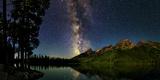 The Night Sky over a Lake in Grand Teton National Park Premium fototryk af Babak Tafreshi