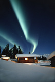 Northern Lights over Cabins Sheep Mtn Lodge Winter Ak Southcentral Snow Blue Green Scenic Reproduction photographique par  Design Pics Inc