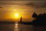 Hawaii, Maui, Makena, a Silhouette of a Sailboat at Sunset Fotografisk trykk av  Design Pics Inc