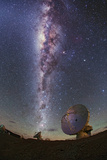The Milky Way Glitters Brightly over Alma Radio Telescopes Fotografisk tryk af Babak Tafreshi
