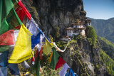Prayer Flags Span the Chasm before the Tiger's Nest Monastery Fotografisk trykk av Michael Melford