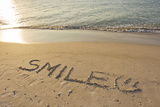 The Word Smile Written in the Sand on a Beach Fotografisk tryk af Mike Theiss
