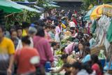 A Bustling Street Market in Prabang Reproduction photographique par Michael Melford