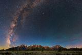The Night Sky over Grand Teton National Park Fotografisk tryk af Babak Tafreshi