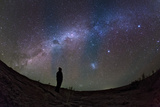 A Stargazer Watches the Southern View of the Milky Way Fotografisk tryk af Babak Tafreshi