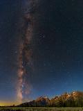 The Night Sky over the Grand Teton National Park Fotografisk tryk af Babak Tafreshi