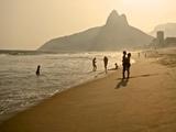 A Couple Embrace on Ipanema Beach as the Sun Sets Stampa fotografica di Kike Calvo
