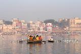 Hindu Pilgrims on Boat in the Ganges River, Varanasi, India Impressão fotográfica por R M Nunes