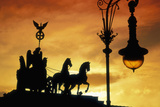 Detail of Quadriga by Johann Gottfriend Schadow atop the Brandenburg Gate in Berlin Fotografie-Druck von Jon Hicks