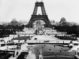 Eiffel Tower Being Constructed Halfway Reproduction photographique par  Bettmann