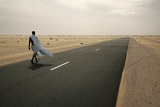 A Man Walks on the Road Between Nouahibou and Nouakchott Reproduction photographique par Rafael Marchante