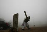 A Man Plays Cricket Amid Heavy Fog in New Delhi Fotografisk trykk av Adnan1 Abidi