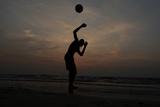 Man Plays Football on Beach in Colombo Fotografisk trykk av Dinuka Liyanawatte