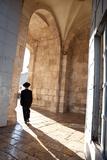 Man Walking through Jaffa Gate - Jerusalem, Israel Reproduction photographique par  EvanTravels