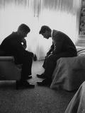 El candidato presidencial John Kennedy hablando con su hermano y organizador de la campaña Bobby Kennedy Arte sobre metal por Hank Walker