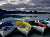 Boats on the Shore of Lake Banyoles at Sunset Metalltrykk av Tino Soriano