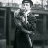 Keeper, Leslie Martin Flewin, Holding a Kinkajou at London Zoo, February 1913 Lámina fotográfica por Frederick William Bond