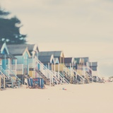 Beach Huts in England Fotografie-Druck von Laura Evans