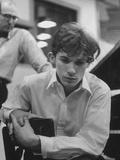 Pianist Glenn Gould Listening Intensely to Performance of Bach's Goldberg Variations Played Back Kunst op metaal van Gordon Parks