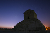 The Crescent Moon and Venus Rising Above the Tomb of King Cyrus the Great Fotografisk tryk af Babak Tafreshi