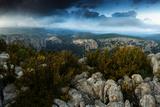 A Panoramic View from a Rocky Rim of Verdon Gorge under Dark Clouds 写真プリント : Keith Ladzinski