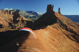 A Man Parachutes after Base Jumping from the Fisher Towers 写真プリント : Keith Ladzinski
