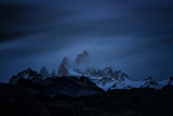 Snow-Blanketed Andes Mountains at Night with Flowing Clouds Lámina fotográfica