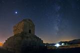 Jupiter and the Milky Way Above the Tomb of King Cyrus the Great Valokuvavedos tekijänä Babak Tafreshi
