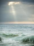 God-Rays Break Through the Clouds over the Pacific on the West Shore of Molokai, Hawaii Metalldrucke von Jonathan Kingston