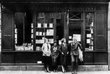 Ernest Hemingway and Sylvia Beach Infront of the 'Shakespeare and Company' Bookshop, Paris, 1928 Photographie