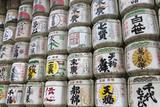 Barrels of Sake Wrapped in Straw at the Meiji Jingu, Tokyo, Japan, Asia Fotografie-Druck von Stuart Black