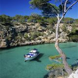 Boat Anchored in Rocky Inlet, Cala Pi, Mallorca, Balearic Islands, Spain, Mediterranean Fotografie-Druck von Stuart Black