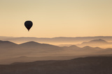 Single Hot Air Balloon over a Misty Dawn Sky, Cappadocia, Anatolia, Turkey, Asia Minor, Eurasia Fotografisk tryk af David Clapp