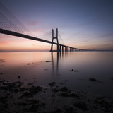 Vasco Da Gama Bridge over Rio Tejo (Tagus River) at Dawn, Lisbon, Portugal Fotografisk tryk af Ben Pipe