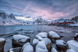 Picturesque Sunrise in the Bay of Reine with the Typical Norwegian Rorbu, Lofoten Islands, Norway Impressão fotográfica por Roberto Moiola