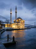 Exterior of Ortakoy Mosque and Bosphorus Bridge at Night, Ortakoy, Istanbul, Turkey Reproduction photographique par Ben Pipe
