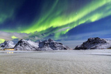 Northern Lights (Aurora Borealis) Illuminate the Sky and the Snowy Peaks Impressão fotográfica por Roberto Moiola