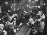 Barra llena de cliente en Sammy's Bowery Follies Arte sobre metal por Alfred Eisenstaedt