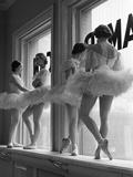 Ballerinas auf einem Fensterbrett im Übungsraum an der George Balanchine's School of American Ballet Metalldrucke von Alfred Eisenstaedt