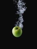 Green Apple in Water Kunst op metaal van Smith, John
