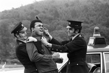 Muhammad Ali Messing around with Two Policeman Fotografisk tryk af Charlie Ley