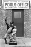 Laurie Cunningham Outside Leyton Orient Football Club Pools Office Fotografisk tryk af Monte Fresco