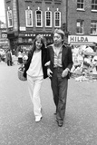 Jane Birkin and Husband Serge Gainsbourg in London, 1977 Fotografisk tryk af Eric Harlow