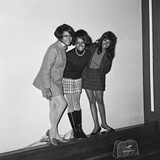 The Supremes Arrive at Heathrow Airport 1968 Fotografisk tryk af  Crawshaw