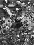 Pigeons around young girl in Trafalgar Square, 1963 Fotoprint van  Staff