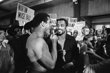 Muhammad Ali and his entourage try to wind up Ken Norton 1976 Fotografie-Druck von Monte Fresco